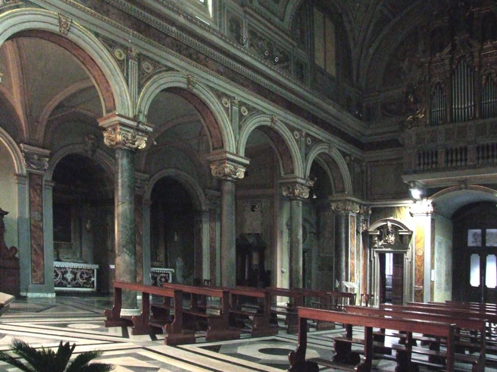 Santo Stefano del Cacco, Innenraum, antike Säulen