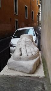 Marmorfuss in der Via del Pie' di Marmo